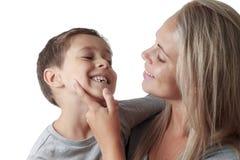 Madre que mira el diente de la leche del hijo Imágenes de archivo libres de regalías