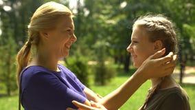 Madre que mira a su hija bonita con el amor y la dulzura, edad torpe almacen de video