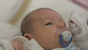 Madre que peina al bebé recién nacido metrajes