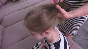 Madre que peina el pelo almacen de video