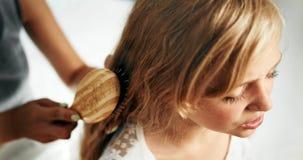 Madre que peina el pelo de la muchacha almacen de video