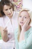 Madre que pregunta a la hija adolescente sobre prueba de embarazo Foto de archivo