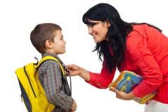 Madre que prepara al hijo para la escuela Imagen de archivo