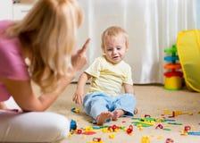 Madre que regaña a su pequeño niño en broma en casa Foto de archivo libre de regalías