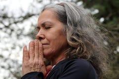 Madre que ruega fervientemente Imagen de archivo libre de regalías
