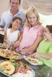 Madre que sirve para arriba la cena para la familia Imágenes de archivo libres de regalías