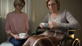 Madre que visita en clínica de reposo, mujer mayor de la hija enojada sobre el abandono almacen de video