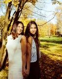 Madre real madura con la hija adolescente fuera de la caída en parque, concepto sonriente feliz del otoño de la gente de la forma Fotos de archivo libres de regalías
