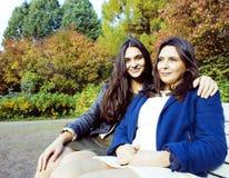 Madre real madura con la hija adolescente fuera de la caída en parque, concepto sonriente feliz del otoño de la gente de la forma Imagen de archivo libre de regalías