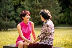 Madre senior e figlia che parlano all'aperto Fotografia Stock