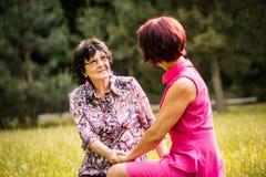 Madre senior e figlia che parlano all'aperto Immagine Stock Libera da Diritti
