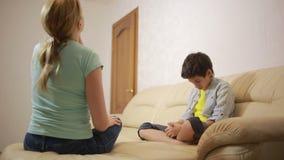 Madre seria che parla adolescente unpleased nella casa stock footage
