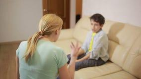 Madre seria che parla adolescente unpleased nella casa video d archivio