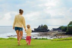 Madre, sguardo del figlio dalla scogliera al lotto di Tanah del tempio di balinese Fotografia Stock