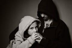 Madre sin hogar con su hija Imagen de archivo libre de regalías