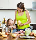 Madre sonriente con cocinar del niño Foto de archivo