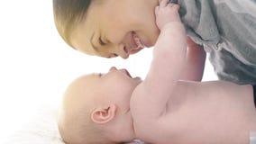 Madre sonriente con el bebé almacen de video