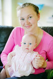 Madre sonriente con la hija Imágenes de archivo libres de regalías