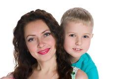 Madre sonriente con su hijo Imagenes de archivo