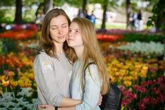 Madre sonriente feliz e hija adolescente en un parque Foto de archivo