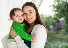 Madre sonriente feliz y su bebé fotografía de archivo