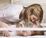 Madre sonriente que juega con el bebé fotografía de archivo libre de regalías