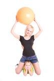 Madre sonriente y su hijo con una bola de la aptitud encendido fotografía de archivo libre de regalías
