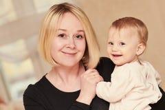 Madre sorridente con il piccolo bambino del bambino fotografia stock libera da diritti