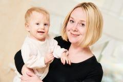 Madre sorridente con il piccolo bambino del bambino immagini stock libere da diritti
