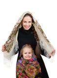 Madre sorridente con la piccola figlia in scialli russi Fotografia Stock