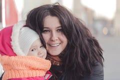 Madre sorridente e piccola figlia Gente felice all'aperto Fotografia Stock
