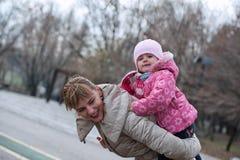Madre sorridente e piccola figlia sulla natura Immagine Stock Libera da Diritti