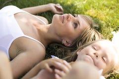 Madre sorridente e piccola figlia sulla natura. Gente felice all'aperto Fotografie Stock Libere da Diritti