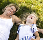 Madre sorridente e piccola figlia sulla natura. Gente felice all'aperto Immagine Stock