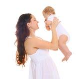 Madre sorridente felice con il bambino su fondo bianco fotografia stock