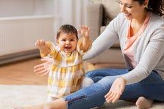 Madre sorridente felice con la figlia del bambino a casa Fotografie Stock