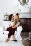 Madre sorridente felice con la piccola figlia sveglia a casa interna, famiglia reale moderna di sembrare casuale, la gente di sti Fotografia Stock
