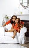 Madre sorridente felice con la piccola figlia sveglia a casa interna, famiglia reale moderna di sembrare casuale, la gente di sti Fotografie Stock