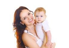 Madre sorridente felice del ritratto con il bambino su fondo bianco Fotografia Stock
