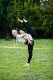 Madre sportiva e sua la figlia che fanno sport immagine stock