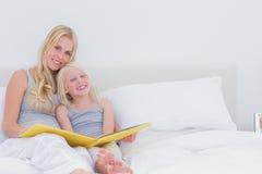 Madre sveglia e figlia che posano insieme Fotografia Stock Libera da Diritti