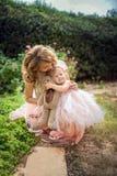 Madre tenere sua figlia immagini stock