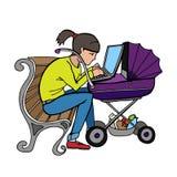 Madre trabajadora de Yong que usa el ordenador portátil en el cochecito Foto de archivo