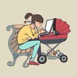 Madre trabajadora de Yong que usa el ordenador portátil en el cochecito Fotos de archivo libres de regalías