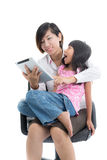Madre trabajadora e hija con la tableta Imagenes de archivo