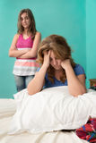 Madre triste después de luchar con su hija adolescente Fotos de archivo libres de regalías