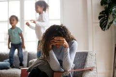 Madre triste e bambini allegri a casa fotografie stock