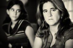 Madre triste y preocupante y su hija adolescente Foto de archivo libre de regalías