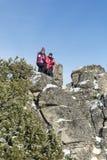 Madre turistica e figlia che scalano nella montagna di inverno Fotografia Stock Libera da Diritti