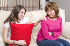 Madre y adolescente en curso de hacer las paces en casa Fotos de archivo libres de regalías